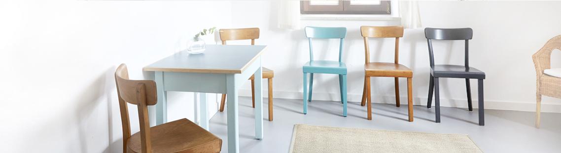 Wartezimmer mit Holzstühlen und einem kleinen Tisch